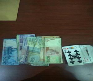 Barang bukti judi kartu remi di Desa Pancur Kecamatan Pancur yang diamankan pihak kepolisian.