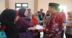 """Bupati Rembang, Abdul Hafidz berbincang dengan penerima PKH yang sudah """"wisuda""""."""