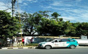 Petugas PLN Rayon Rembang memeriksa jalur ketika listrik padam di Jl. Kartini Rembang, belum lama ini.