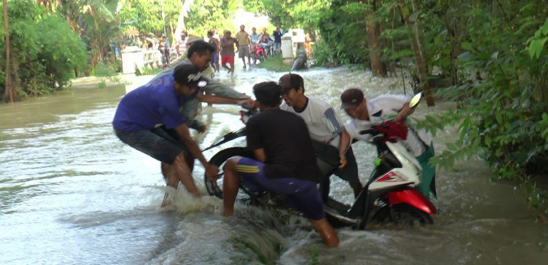 Banjir, Mulai Anak Bolos Sekolah Hingga Motor Terseret