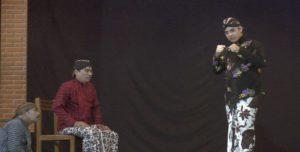 Calon Gubernur Jawa Tengah, Ganjar Pranowo ketika dirias dan kemudian bermain kethoprak di Desa Turusgede, Rembang, Senin malam.
