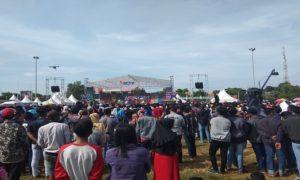 Kemeriahan panggung Inbox SCTV. (gambar atas) Jalur Pantura Rembang macet, terkena imbas pentas karnaval Inbox, Minggu pagi.