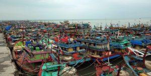 Pelabuhan Tasikagung, Rembang dipenuhi kapal cantrang.
