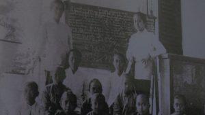 RA. Kartini saat mengajar warga pribumi. (gambar atas) Guide wisata Museum Kartini menunjukkan kamar isteri selir Bupati Rembang kala itu.