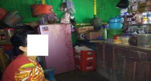 Supatonah, pemilik warung di pinggir jalur Pantura Desa Tritunggal, yang menjadi korban Pungli oknum petugas Satpol PP.