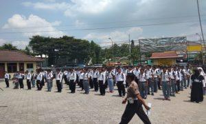 Pendaftar calon anggota Polri saat berada di halaman Mapolres Rembang, belum lama ini.