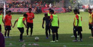 Para pemain PSIR melakukan pemanasan di sela – sela pertandingan uji coba di Stadion Krida Rembang, belum lama ini.