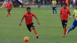 Pemain PSIR Rembang, Adit Wafa menggiring bola saat timnya menghadapi Persegres Gresik, Sabtu sore.