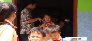 Seorang guru SD N di Kabupaten Rembang disalami muridnya saat akan pulang.