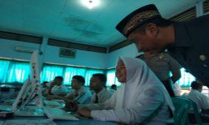Bupati Rembang, Abdul Hafidz bertanya kepada siswa di SMP N 5 Rembang yang tengah mengikuti UNBK dengan komputer baru bantuan Pemkab, Selasa (24/04).