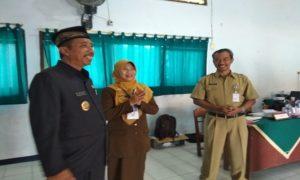 Bupati Rembang, Abdul Hafidz (kiri) didampingi Kepala Dinas Pendidikan, Mardi, saat berkunjung ke SMP N 5 Rembang, baru – baru ini.