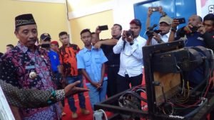 Di sela – sela peresmian gedung bengkel SMK N I Gunem, Bupati Rembang, Abdul Hafidz meninjau peralatan di dalamnya, Kamis (03/05).