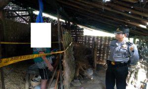 Polisi mendatangi lokasi warga bunuh diri di Desa Sambongpayak, Kecamatan Gunem, Kamis (31/05).