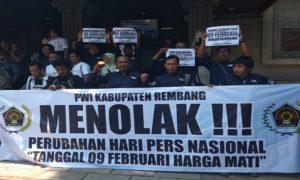 Suasana orasi di depan Monumen Pers Nasional di Solo. PWI Kabupaten Rembang ikut berpartisipasi, mendesak tanggal 09 Februari tetap menjadi HPN.
