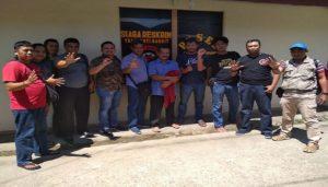 Tersangka Karji (tengah berkaca mata) usai digrebek Polres Rembang bersama Tim Opsnal Polres Ketapang.