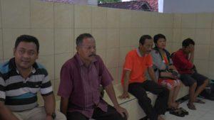 Orang tua dan adik korban (ujung paling kanan) saat berada di kamar mayat rumah sakit dr. R. Soetrasno Rembang, belum lama ini.