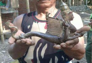 Patung yang ditemukan, saat pekerja mengeruk dasar kolam di kawasan wisata Sumber Semen Sale.