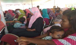 Kaum ibu di Desa Kajar, Kecamatan Gunem mengasuh anaknya. Masalah kesehatan di kampung ini layak diperhatikan Pemerintah Kabupaten Rembang.
