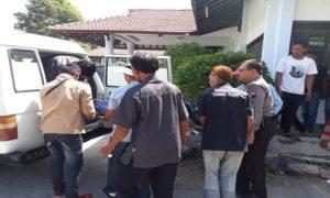 Jenazah korban, Wasilah dievakuasi dari TKP menuju Puskesmas Kragan II, Minggu (10/06).