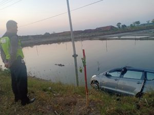 Polisi menggelar olah TKP kecelakaan di jalur Pantura Desa Dresi Wetan, Kecamatan Kaliori, Kamis pagi (14/06).