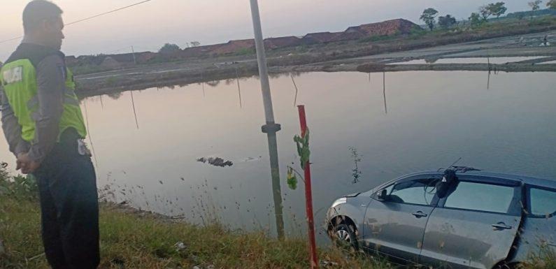 Mobil Pemudik Nyegur Tambak, Jalur Ini Harus Diwaspadai