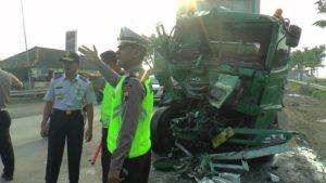 Kasat Lantas Polres Rembang, AKP Roy Irawan berada di lokasi kejadian. (gambar atas) pemudik yang merupakan penumpang bus sempat terlantar.