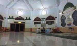 Kegiatan keagamaan di Masjid pinggir jalur Pantura Desa Bonang, Kecamatan Lasem. (gambar atas) Tulisan larangan merokok di depan Masjid.