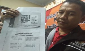 Sekretaris KPU Rembang, Satriyo Wibisono menunjukkan data partisipasi pemilih tiap pemilihan Gubernur dan Wakil Gubernur.