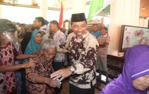 Suasana pembagian paket kebutuhan pokok oleh Bupati Rembang, Abdul Hafidz, Minggu pagi (10/06).