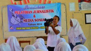 Siswi SMK N I Gunem ketika mengikuti latihan jurnalistik, beberapa waktu lalu.