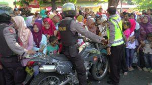 Polisi meminggirkan penonton larung sesaji. (gambar atas) suasana kemacetan di jalur Pantura Rembang, Sabtu pagi.