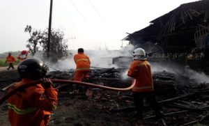 Petugas pemadam kebakaran Pemkab Rembang memadamkan kandang ayam yang terbakar di Desa Waru, Kamis sore.