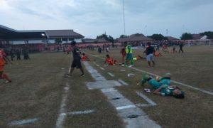 Para pemain PSIR Rembang lemas di pinggir lapangan, usai menelan kekalahan saat menjamu Perserang Serang, Rabu sore.