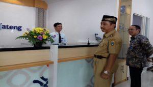 Bupati Rembang, Abdul Hafidz saat berada di Kantor Cabang Pembantu Bank Jateng Lasem, Senin (26/03).