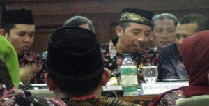 Bupati Rembang, Abdul Hafidz berbincang dengan Wakil Ketua DPRD, Gunasih di sela – sela Musrenbang Kabupaten Rembang, Kamis (29/03).