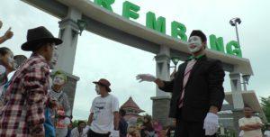 Pemain pantomim beraksi di Alun – Alun Rembang.