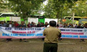 Pegawai Perhutani KPH Kebonharjo berangkat demo ke Jakarta, Senin (26/03).