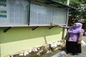 Seorang pemilih di Kecamatan Bulu mengecek DPS Pilkada Jawa Tengah.