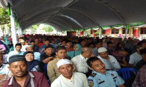 Ribuan warga memadati pengajian Kiai Anwar Zahid di halaman Kantor Bupati Rembang, Selasa sore (27/03).