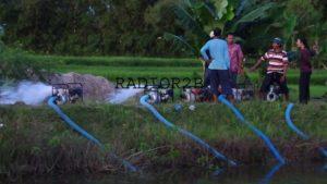 Sejumlah petani menyedot air embung di Kecamatan Kaliori.