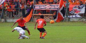 Pemain PSIR Rembang (orange) berebut bola dengan pemain Persik Kendal saat uji coba di Stadion Krida, Minggu sore.