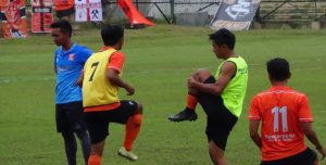 Pemain PSIR Rembang melakukan pemanasan di sela – sela uji coba di Stadion Krida Rembang, belum lama ini.