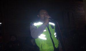 Aipda Gunari, anggota Patwal Satlantas Polres Rembang menyanyikan lagu keroncong, belum lama ini.