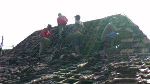 Warga kerja bhakti memperbaiki atap genteng. (gambar atas) Bangunan yang roboh diterpa angin puting beliung di Desa Wiroto Kecamatan Kaliori.