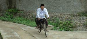 Bupati Rembang, Abdul Hafidz ngonthel sepeda, beberapa waktu lalu.