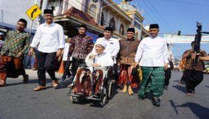 Ganjar Pranowo dan Taj Yasin bertemu di Sarang, Kamis siang. (gambar atas) Ganjar Pranowo ketika mengunjungi pusat penjualan jilbab di Waru Desa Sidorejo Kecamatan Sedan.