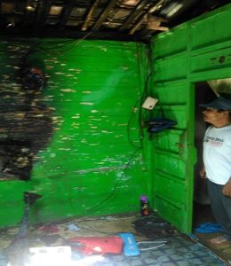 Lokasi kebakaran di Desa Waru dan tiang antena yang menimpa jaringan kabel PLN.