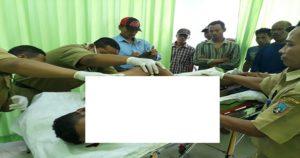 Jasad korban, Suraji, nelayan asal Desa Kedungringin Kecamatan Sedan diperiksa oleh aparat Polsek dan dokter Puskesmas Kragan, Selasa (10/04).