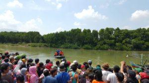 Masyarakat ramai melihat kedatangan perahu karet Tim SAR yang membawa jenazah korban, Kamis pagi.