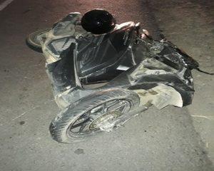Motor korban rusak parah pada bagian depan. (gambar atas) Polisi menggelar olah TKP.